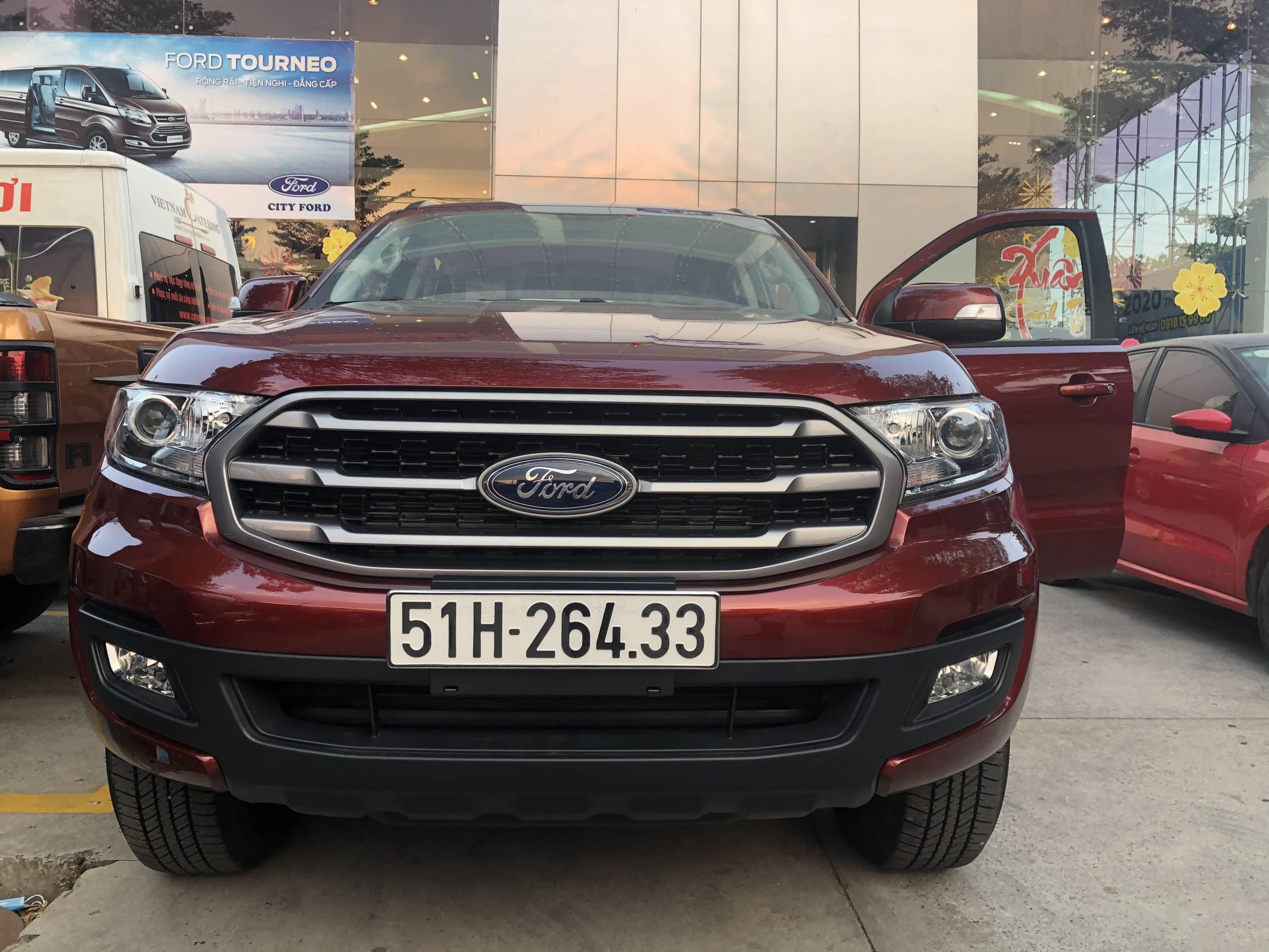 Khách hàng nhận xe mới Ford Everest Ambiente AT 2019